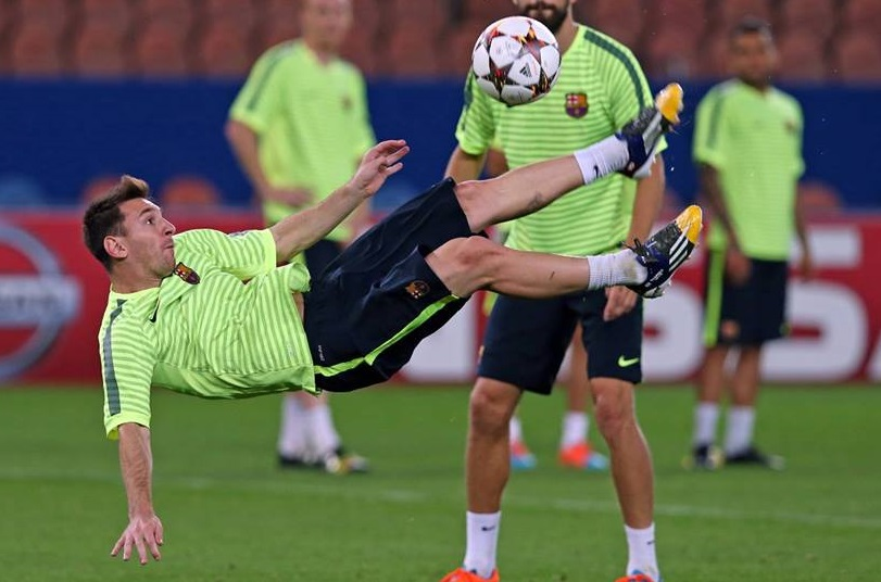 Messi entrena con el Barcelona en el Parque de los Príncipes